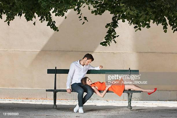 couple on a bench in a garden, terrasse de l'orangerie, jardin des tuileries, paris, ile-de-france, france - チュイルリー地区 ストックフォトと画像