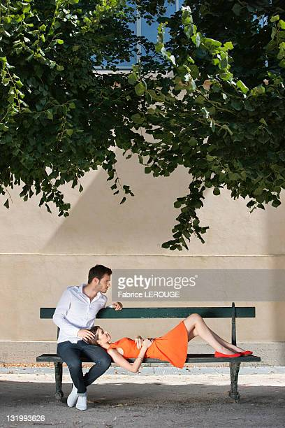 couple on a bench in a garden, terrasse de l'orangerie, jardin des tuileries, paris, ile-de-france, france - ile de france fotografías e imágenes de stock