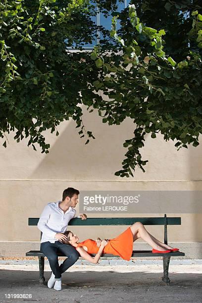 couple on a bench in a garden, terrasse de l'orangerie, jardin des tuileries, paris, ile-de-france, france - ile de france stockfoto's en -beelden
