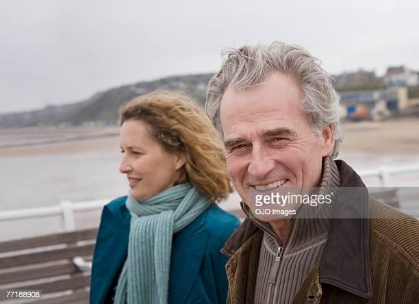 Un couple sur une promenade sur la plage