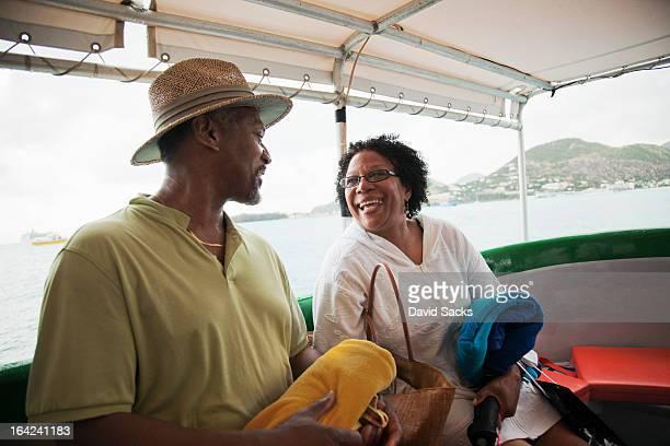 couple on a boat - sint maarten caraïbisch eiland stockfoto's en -beelden
