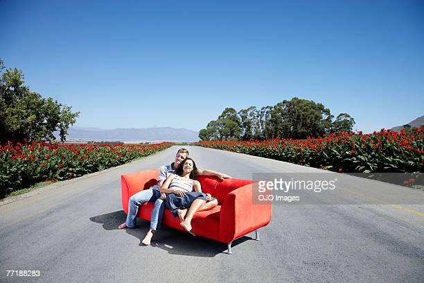 Um casal num sofá a estrada