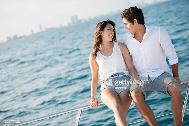 Couple sur une croisière à leur lune de miel