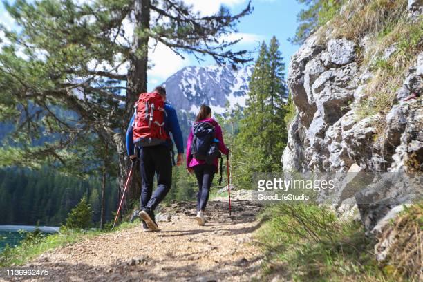 couples sur une aventure - montenegro photos et images de collection