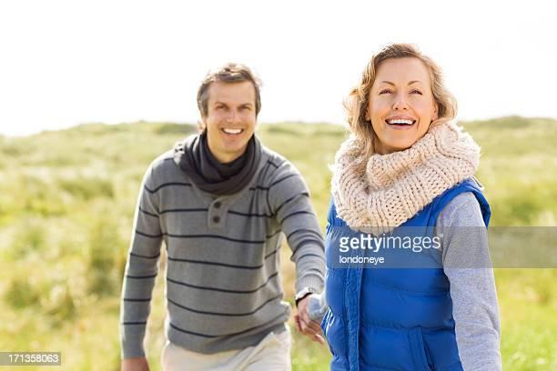 Paar auf offener Landschaft