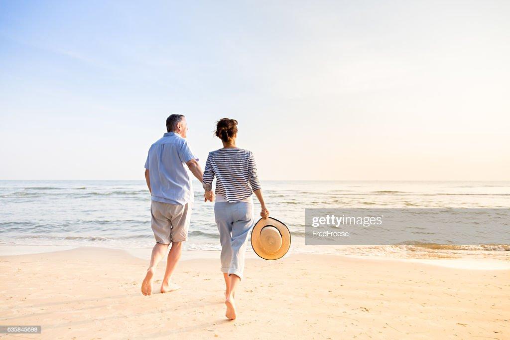 Couple on beach : Stockfoto