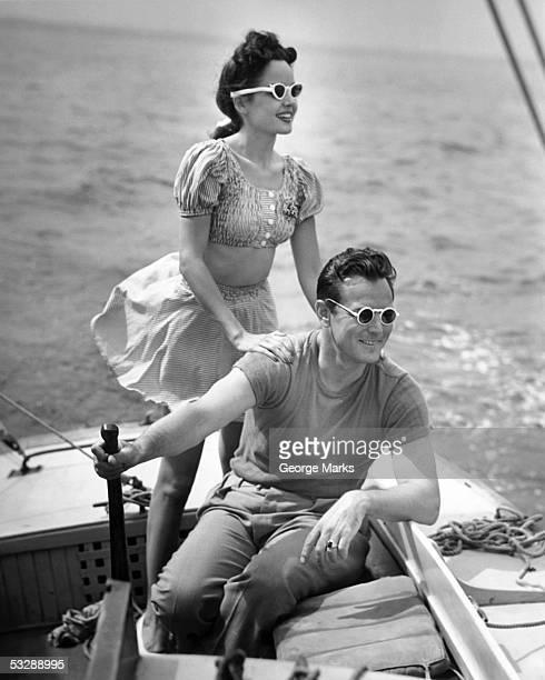 couple on boat - voilier noir et blanc photos et images de collection