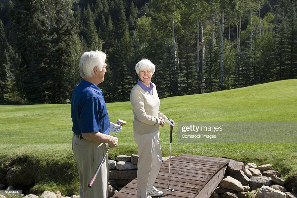 Couple on bridge on golf course : Stockfoto