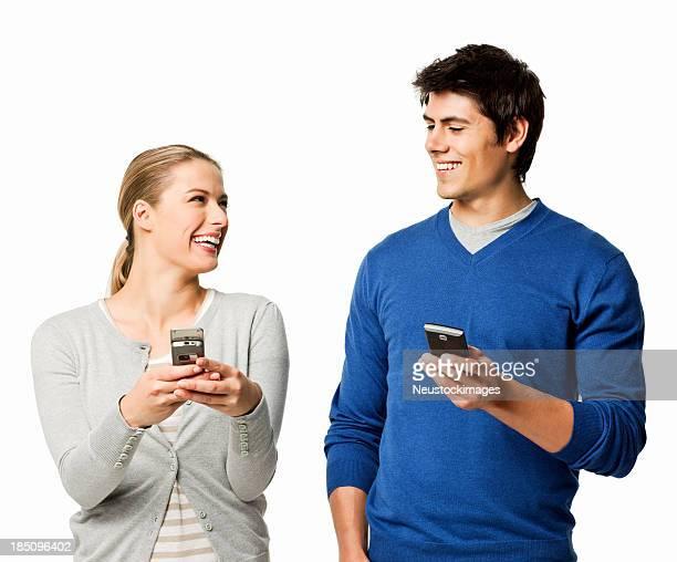 Couple sur téléphone portable-isolé