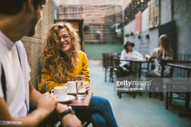 couple sur pause café - terrasse de café photos et images de collection