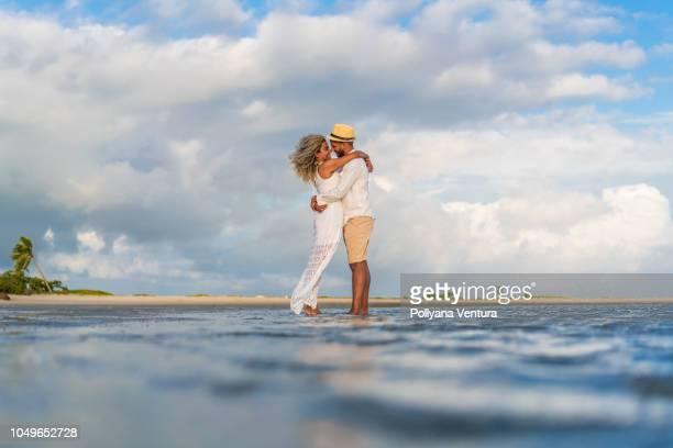 pareja en coroa avião isla en igarassu, pernambuco, brasil - islas mauricio fotografías e imágenes de stock