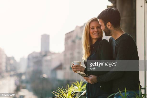 Op hotel balkon (echt) paar