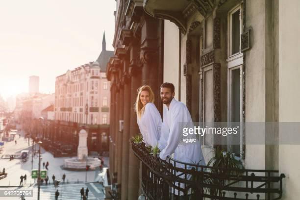 Paar auf Hotelbalkon