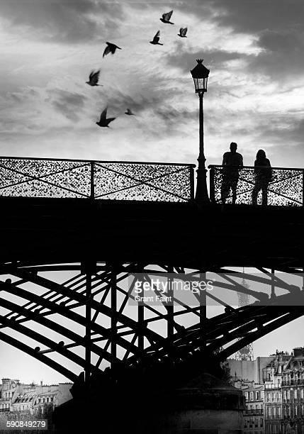 couple on paris bridge. - amour noir et blanc photos et images de collection