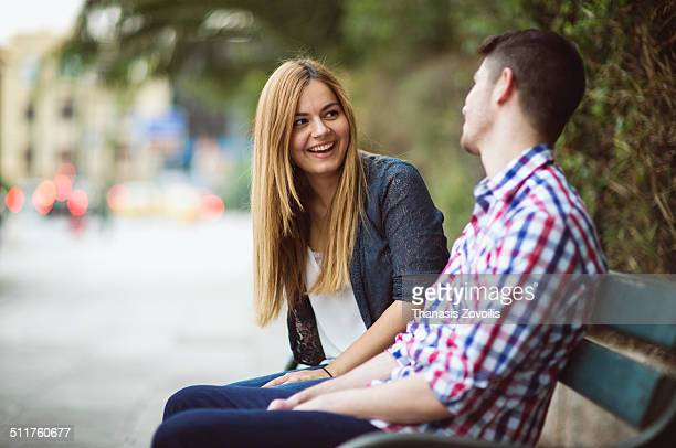 couple on park bench talking - sitzbank stock-fotos und bilder