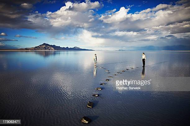couple on separate pathways in water - carrefour photos et images de collection
