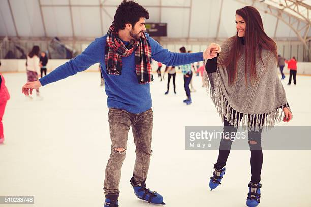 Paar auf Eislaufbahn