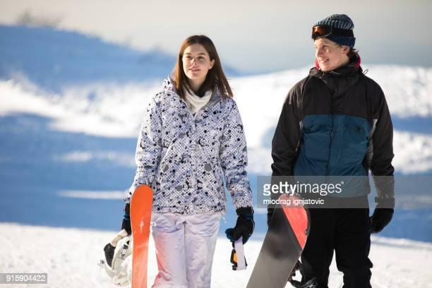 Paar auf Snowboard Urlaub