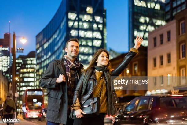 タクシーのストリート出身のカップルします。