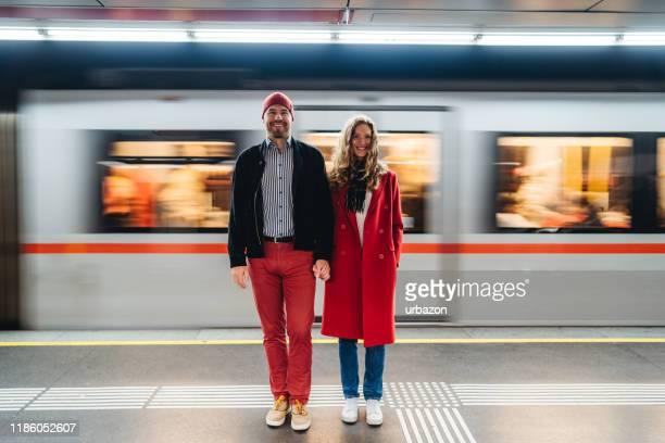 paar auf u-bahn-station - bahnsteig stock-fotos und bilder