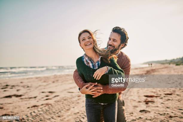couple on the beach - amor imagens e fotografias de stock