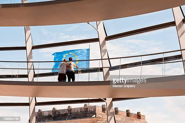couple on the bundestag at european flag - merten snijders stockfoto's en -beelden