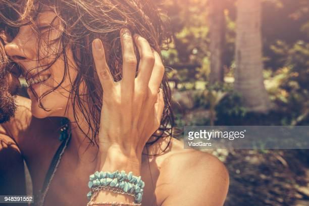casal na praia tropical beach - vlad models - fotografias e filmes do acervo