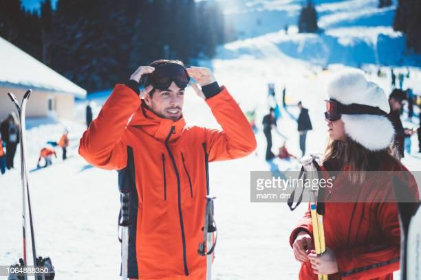 couple on winter holiday ready for skiing - só adultos imagens e fotografias de stock