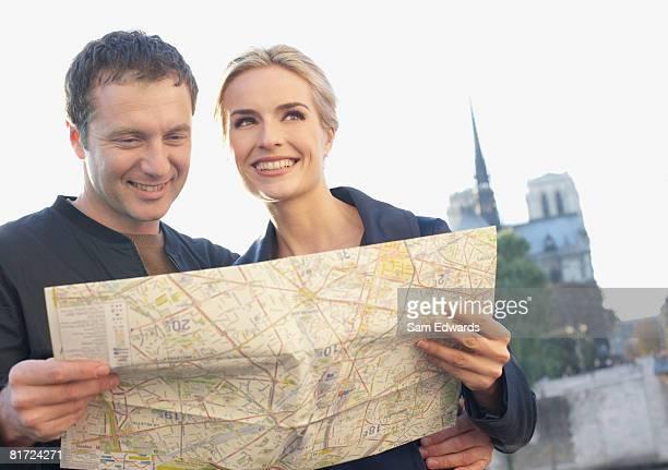 Souriant Couple en plein air avec carte