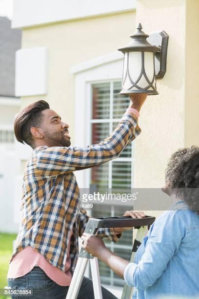 Paar außen Haus auswechseln Glühbirne