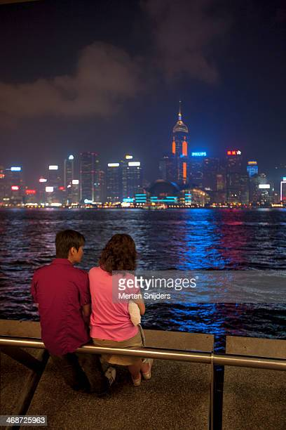 couple overlooking victoria harbour - merten snijders stock pictures, royalty-free photos & images