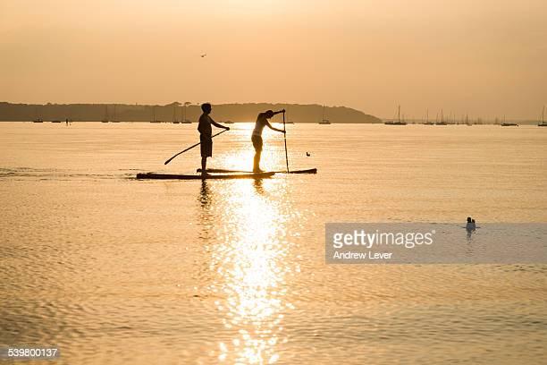 couple paddleboarding - プール湾 ストックフォトと画像
