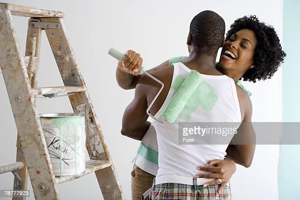 couple painting together - bricolage humour photos et images de collection