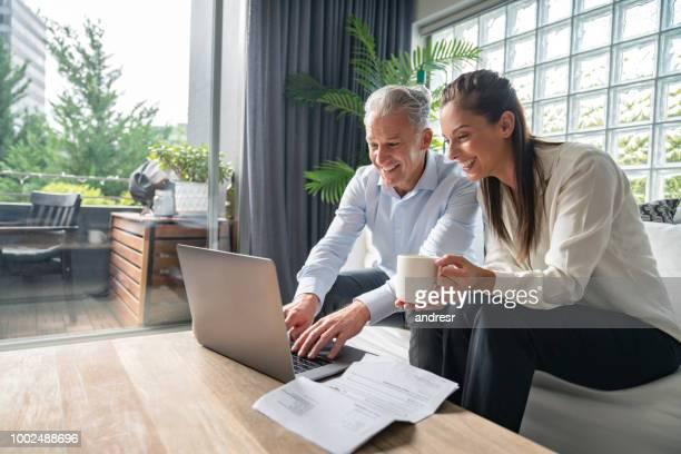 par pagar facturas online en casa - finanzas y economía fotografías e imágenes de stock