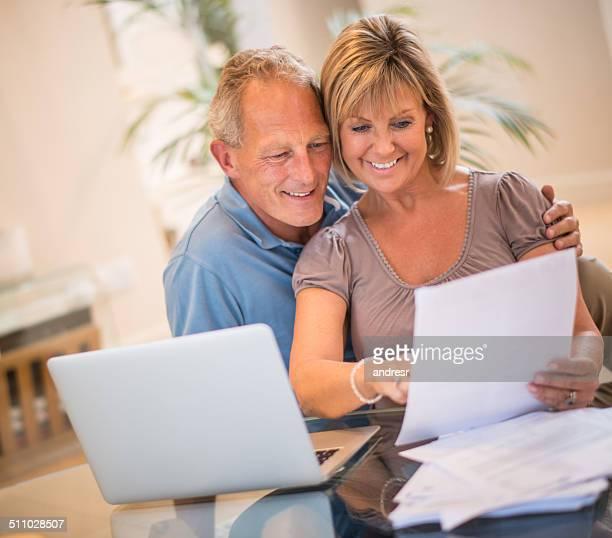 Couple de payer les factures en ligne