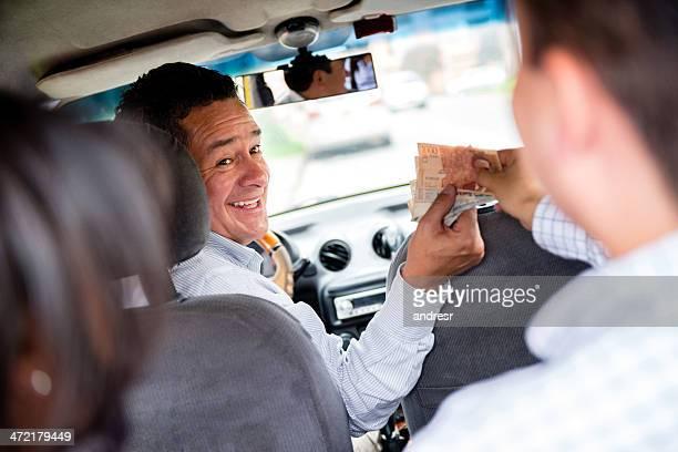 Paar zahlenden für das taxi