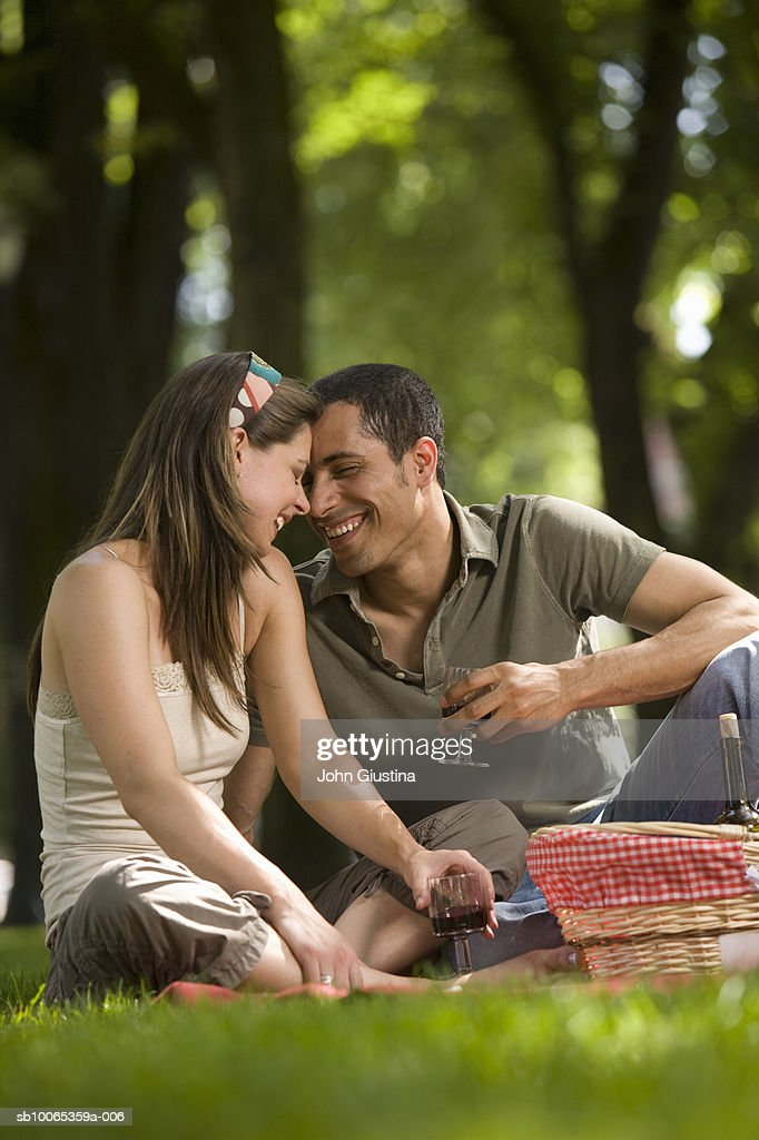 Couple picnicking in park : Foto stock