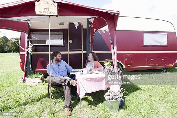 Paar mit einem Picknick im Freien Anhänger
