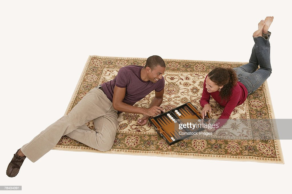 Couple playing board game : Stockfoto