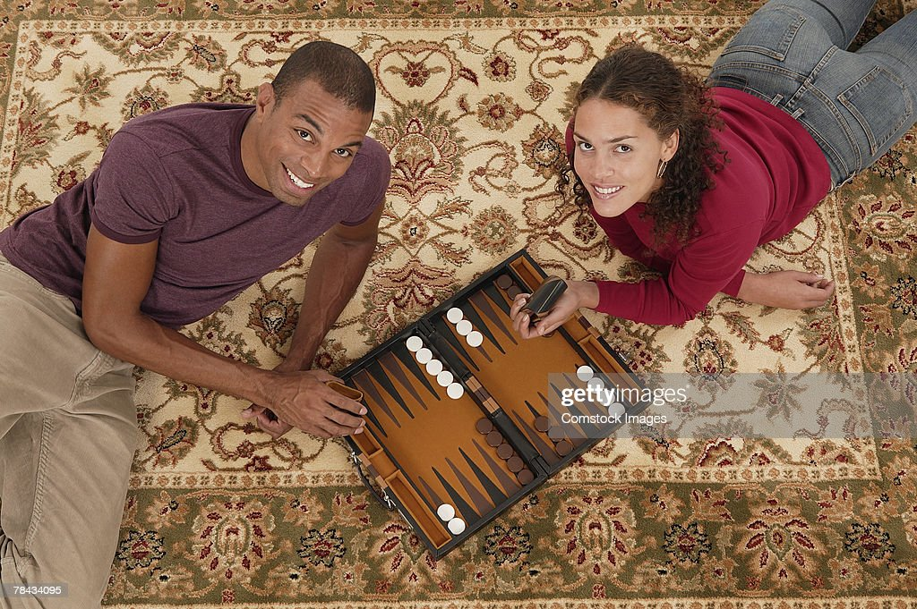 Couple playing board games : Stockfoto