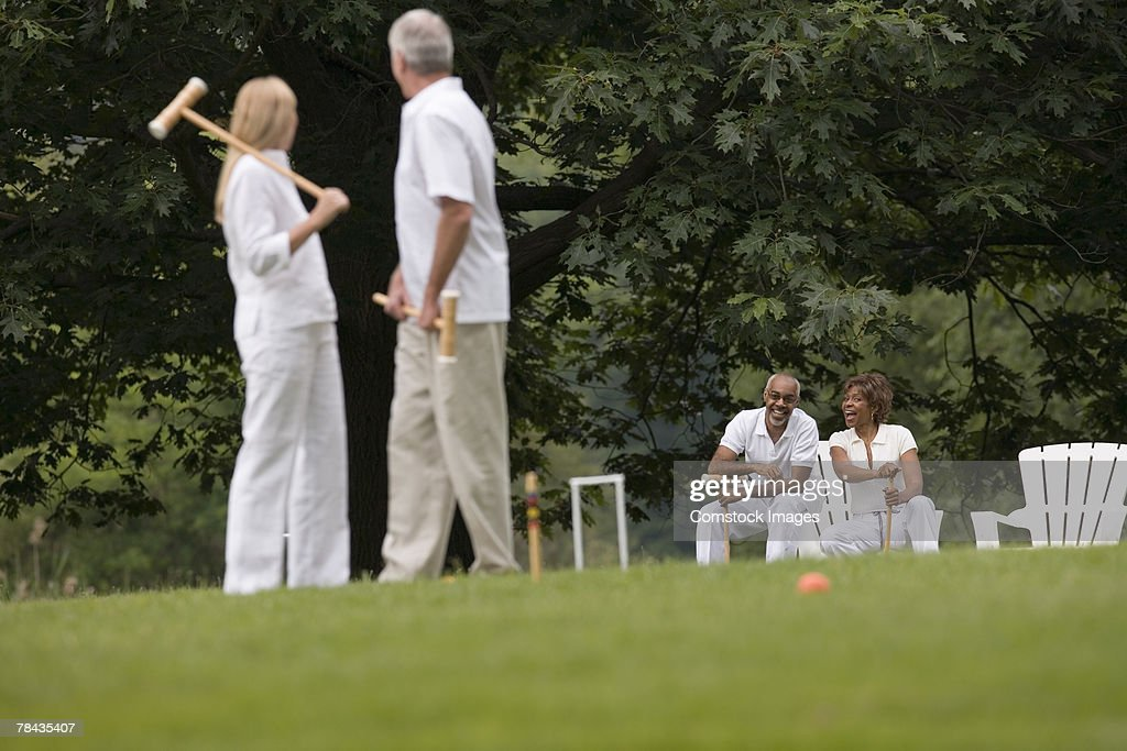 Couple playing croquet : Stockfoto