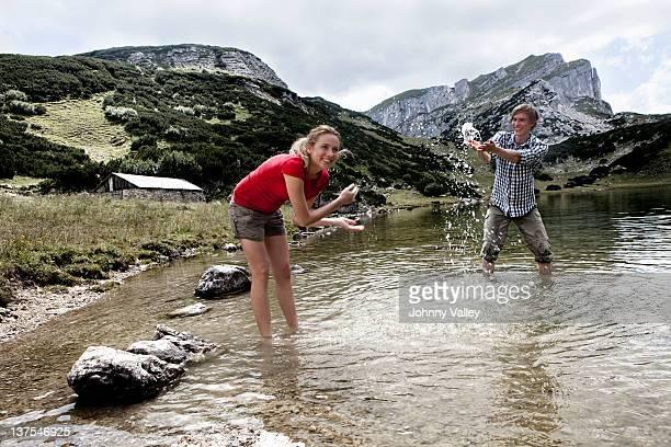 Couple jouant à rocky Lac