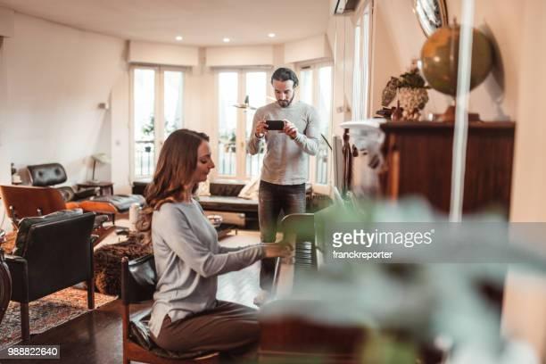 couple, jouer du piano dans un appartement de lux