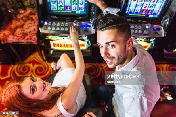 Couple de jouer machines à sous au casino