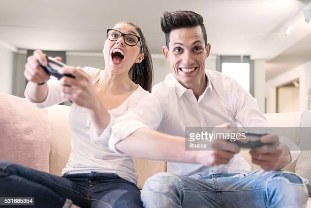 Pareja jugando videojuegos en la sala de estar