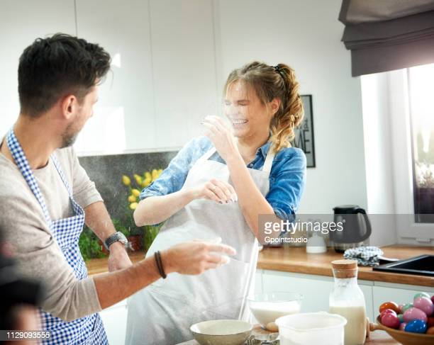 couple playing with flour in kitchen - cuisine non professionnelle photos et images de collection