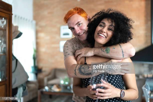 家のカップルの肖像画 - バイセクシャル ストックフォトと画像