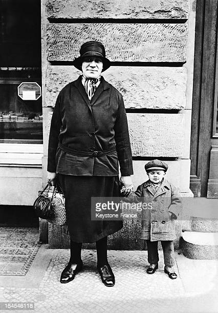 A couple pose she is 2 meters tall at 19 years old and her husband is 93 centimeters tall and he his 35 years old in 1928 in Berlin Germany