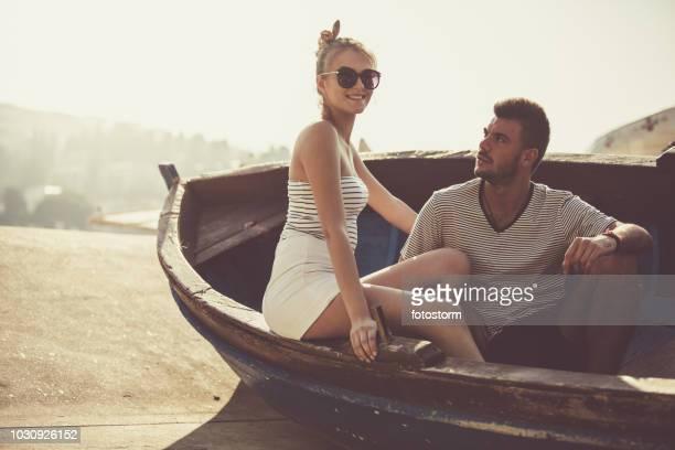 Paar posiert in einem Boot