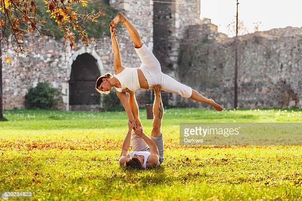 Paar üben acro yoga